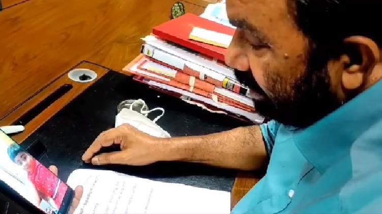 'ഇനി എനിക്ക് പറ്റൂല ഉമ്മാ..'പഠിച്ചുമടുത്ത്' വൈറലായ യുകെജി വിദ്യാർഥിക്ക് മന്ത്രി അപ്പൂപ്പൻ്റെ വിഡിയോ കോൾ